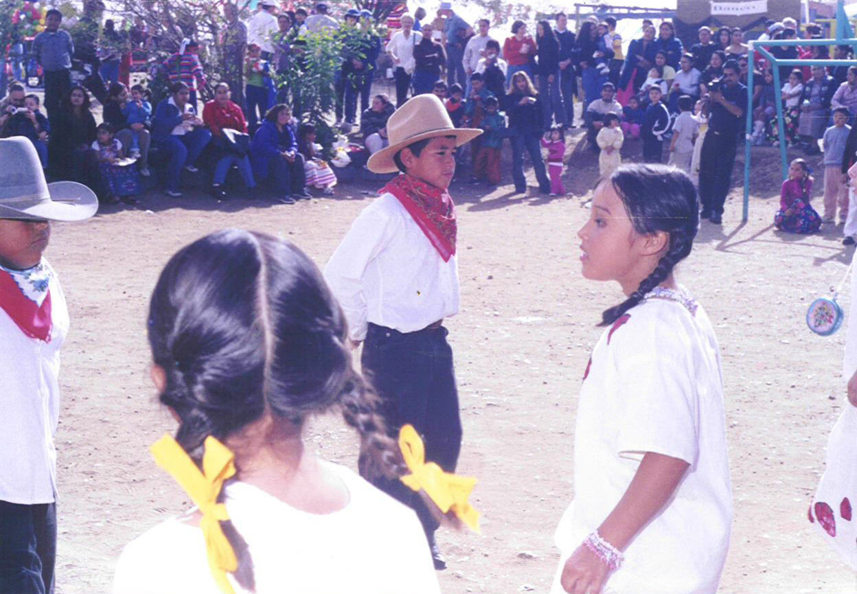 Colegio la Esperanza elementary students in Norteno dance